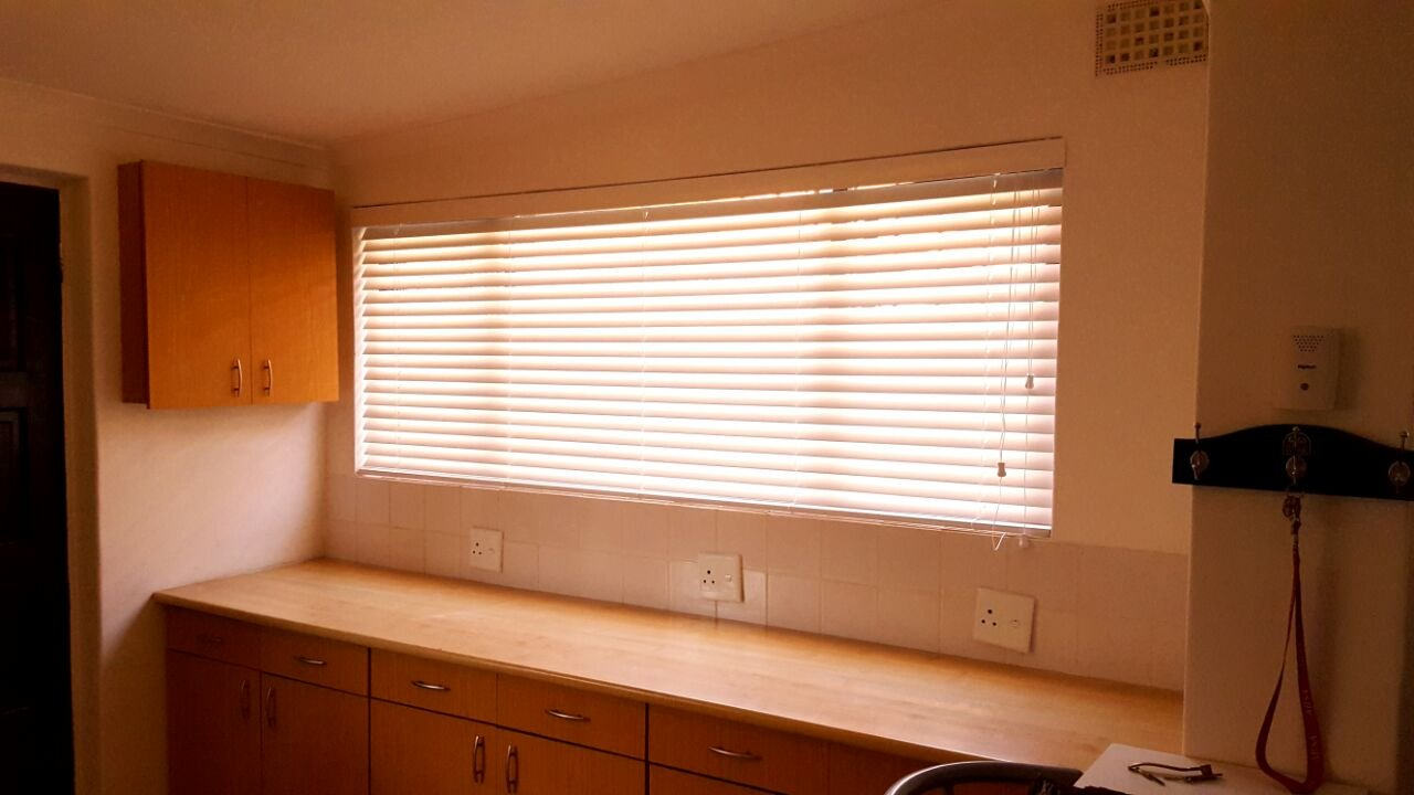 Wooden venetian for your kitchen tlc blinds cape town for Kitchen installers cape town